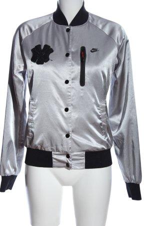 Nike Sportjacke silberfarben-schwarz Schriftzug gestickt Glanz-Optik