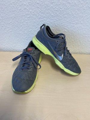 Nike Zapatillas con tacón gris