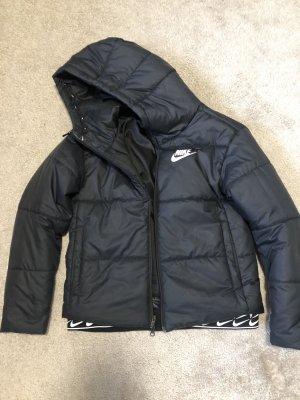 Nike - Wattierte Jacke in Schwarz