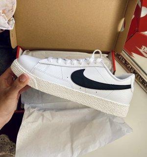 Nike weiß schwarze Sneaker Schuhe Blazer low