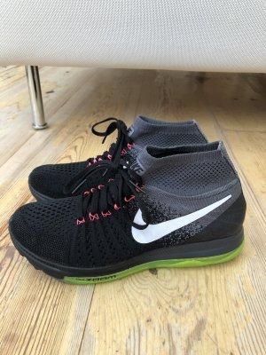 Nike Zoom Laufschuhe in Schwarz/Grau mit Neongelber Sohle
