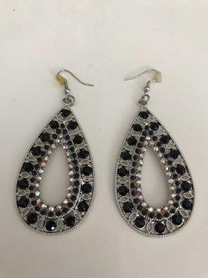 Ohrhänger in silber Optik. Mit schwarz- weiß und silber Steinen verziert.