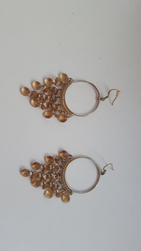 Ohrringe mit goldenen Steinen