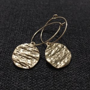 Ohrringe mit goldener Scheibe Modeschmuck