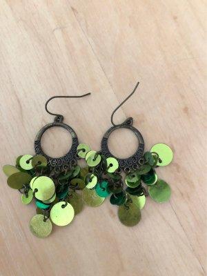 Ohrringe mit grünen schimmernden Plättchen