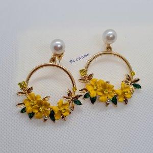 Ohrringe mit kleinen gelben Blümchen und Kunstperlen