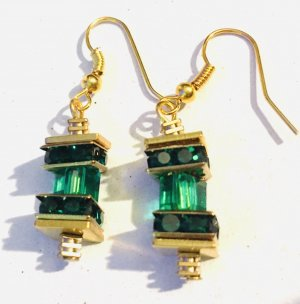 Ohrringe mit smaragdfarbenen facettierten Acryl Schliffperlen und Strass Rondellen
