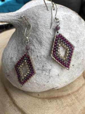 Ohrringe Ohrhänger Raute Miyuki Perlen silberfarben purpur grauviolett 5,2x2 cm