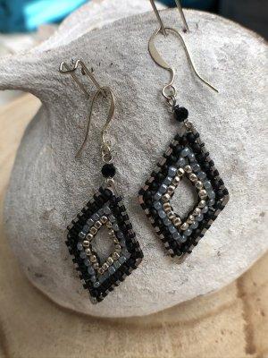 Ohrringe Ohrhänger Raute Miyuki Perlen silberfarben schwarz graublau 5,2x2 cm
