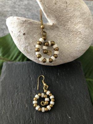 Ohrringe Ohrhänger Spirale Perlen weiß messingfarben 4,1x2 cm / Paar