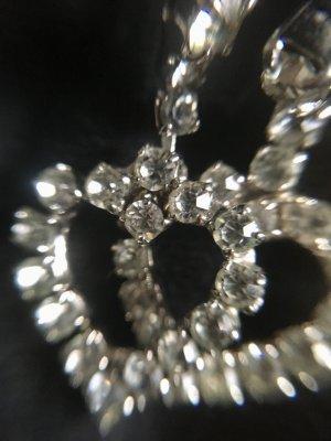 Ohrstecker in Herzform mit Bergkristallen