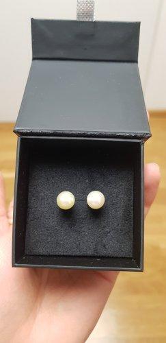 Kolczyk z perłą biały-w kolorze białej wełny