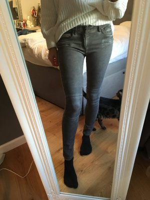 Oliv/ Grau-farbene Jeans