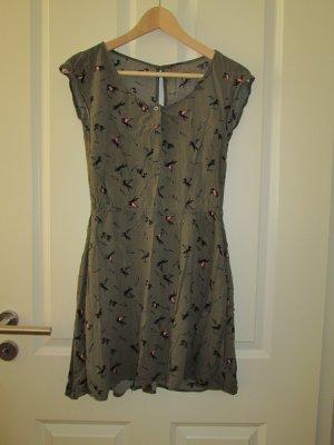 oliv-grünes Kleid sportlich sommerlich mit Muster