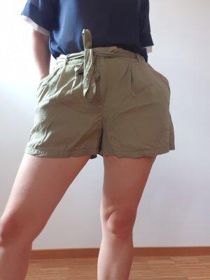 Olivegrüne Shorts