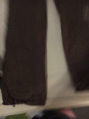 Pantalón de color caqui gris verdoso