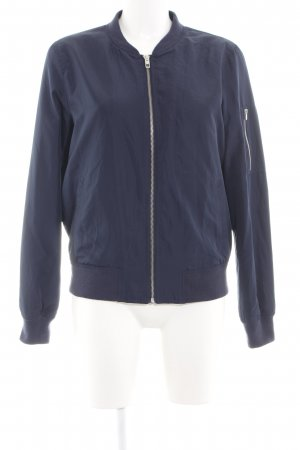 Only Chaqueta bomber azul look casual