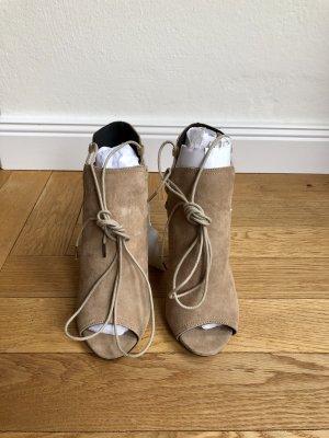 Open-Toe Booties aus Nubukleder