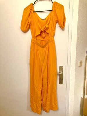 orangefarbener Jumpsuit mit Cut-Out und Schnürung