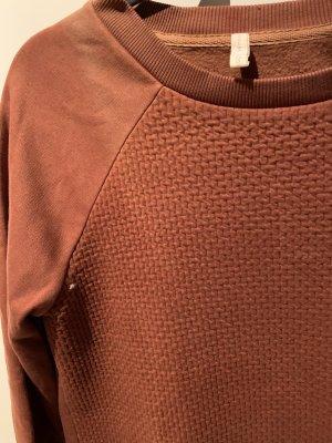 Orangefarbener Pullover mit Muster