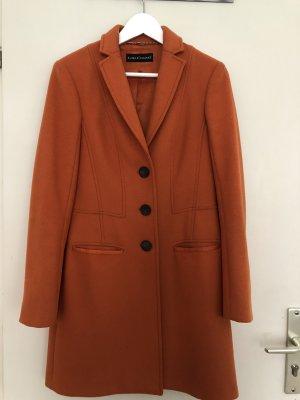 Orangene Mantel