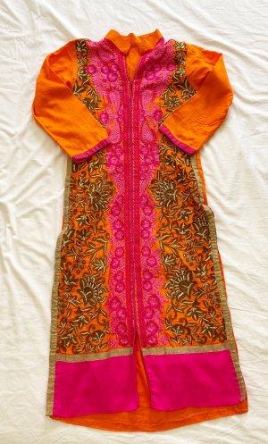 Orangenes Kleid mit Bestickungen in indischem Stil