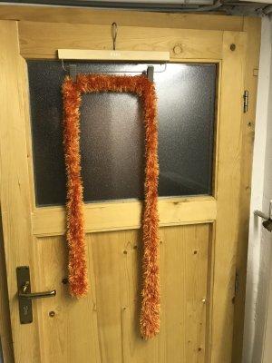 Oranger gestrickter Schal