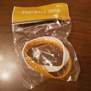 Original Nike Football Silikon Doppel-Sportarmband, Doppel-Wristarmband Doppel-Bracelet in gold/weiß / NEU & OVP