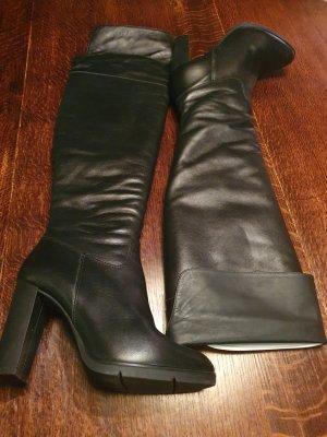 Botas sobre la rodilla marrón oscuro