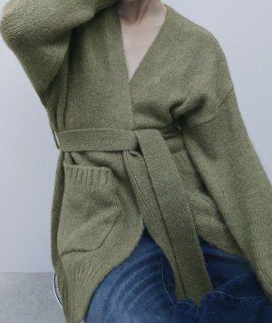 Oversize Strickjacke mit Gürtel von Zara
