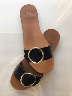 H&M Zuecos negro-color oro
