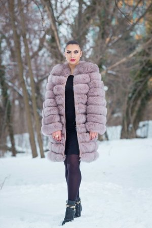 Manteau de fourrure violet
