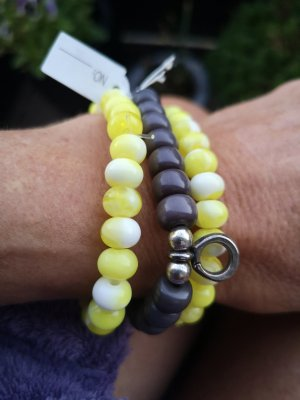 Perlen Armbänder grau gelg