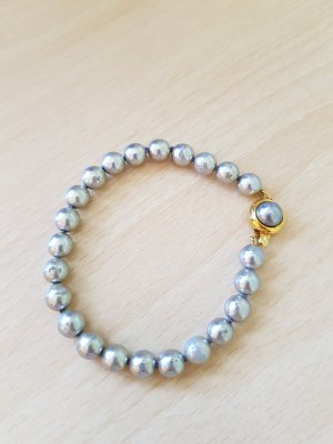 Perlenarmband mit goldenem Verschluss