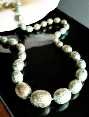 Collar de perlas color oro-verde grisáceo