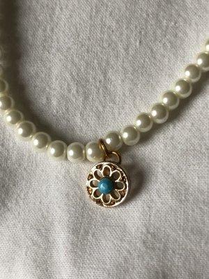 Perlenkette mit Blumenanhänger