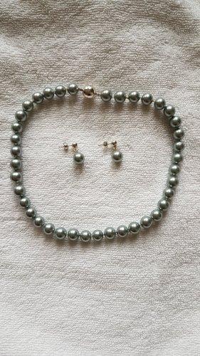 Collana di perle grigio