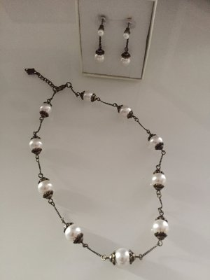 Perlenkette mit passenden Ohrhängern