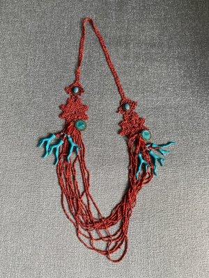 Collana di conchiglie rosso-blu neon