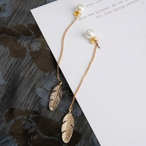 Kolczyk z perłą w kolorze białej wełny-złoto