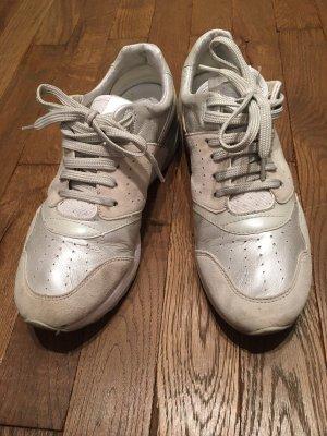 Perlweiße Sneakers von Geox