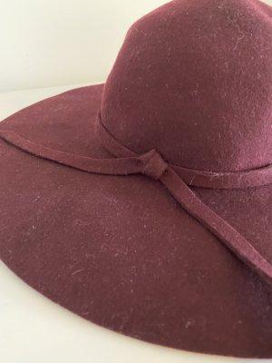 Pflaumenfarbene Wintermütze aus Wolle mit breiter Krempe