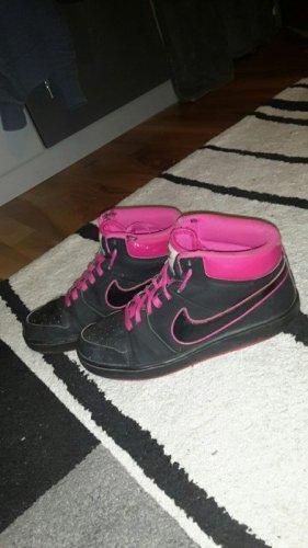 Pink schwarze Nike Schuhe