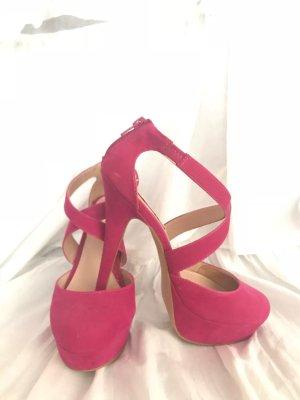 Pinke High Heels mit Riemen