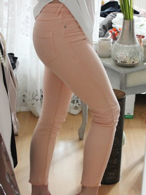 • Pinke Röhrenhose von Bershka