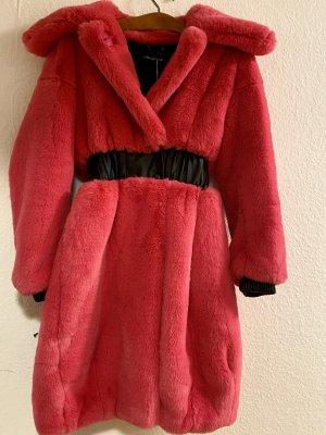 Pinker Mantel mit schwarzen Ledergürteloptik an der Taille