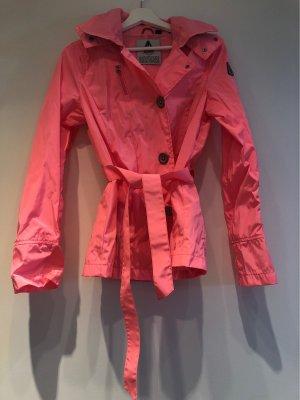 Pinkfarbene Regenjacke