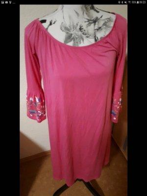 Pinkfarbenes Kleid mit Stickerei und Trompetenärmeln