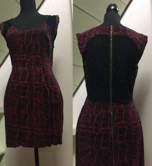 Pinkfarbenes kurzes Kleid mit schwarzem Muster von Urban Outfitters