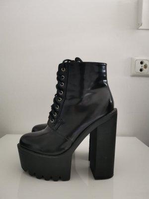 Koi Couture Stivale con plateau nero